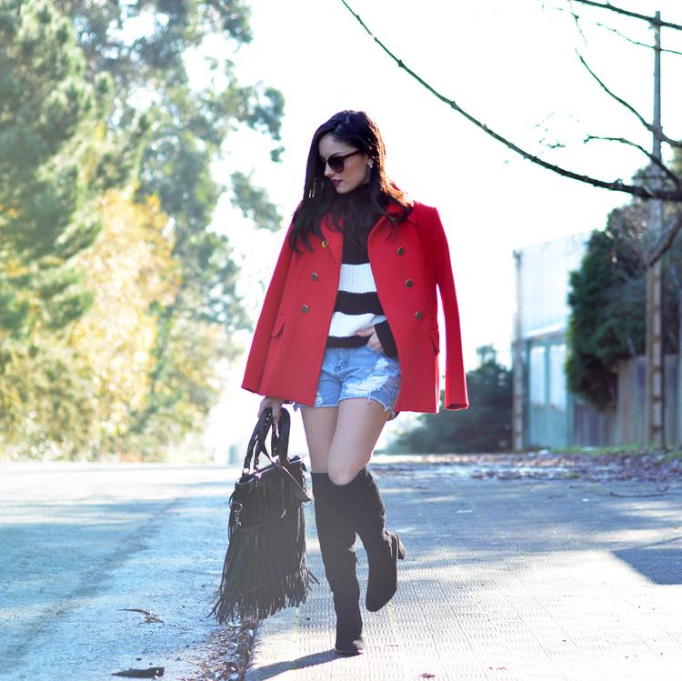 Jersey Zara_Abrigo rojo_shorts denim_botas altas_ootd_01
