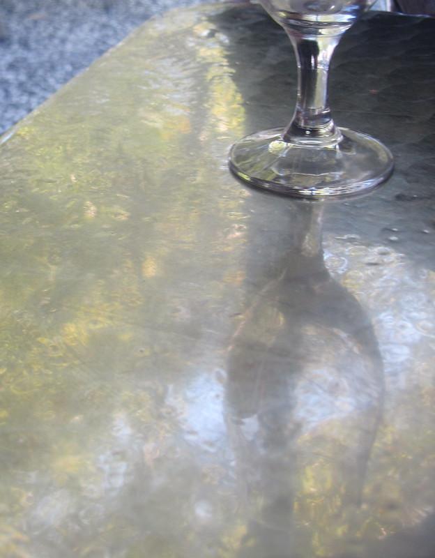 Copa y mesa metálica