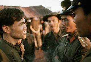 Lộc Ninh 1973 - Trung sĩ Felix Neco-Quinones (bị bắt ngày 16/7/1968) trò chuyện với hai sĩ quan Bắc Việt sau khi được trả tự do ngày 12/12/1973