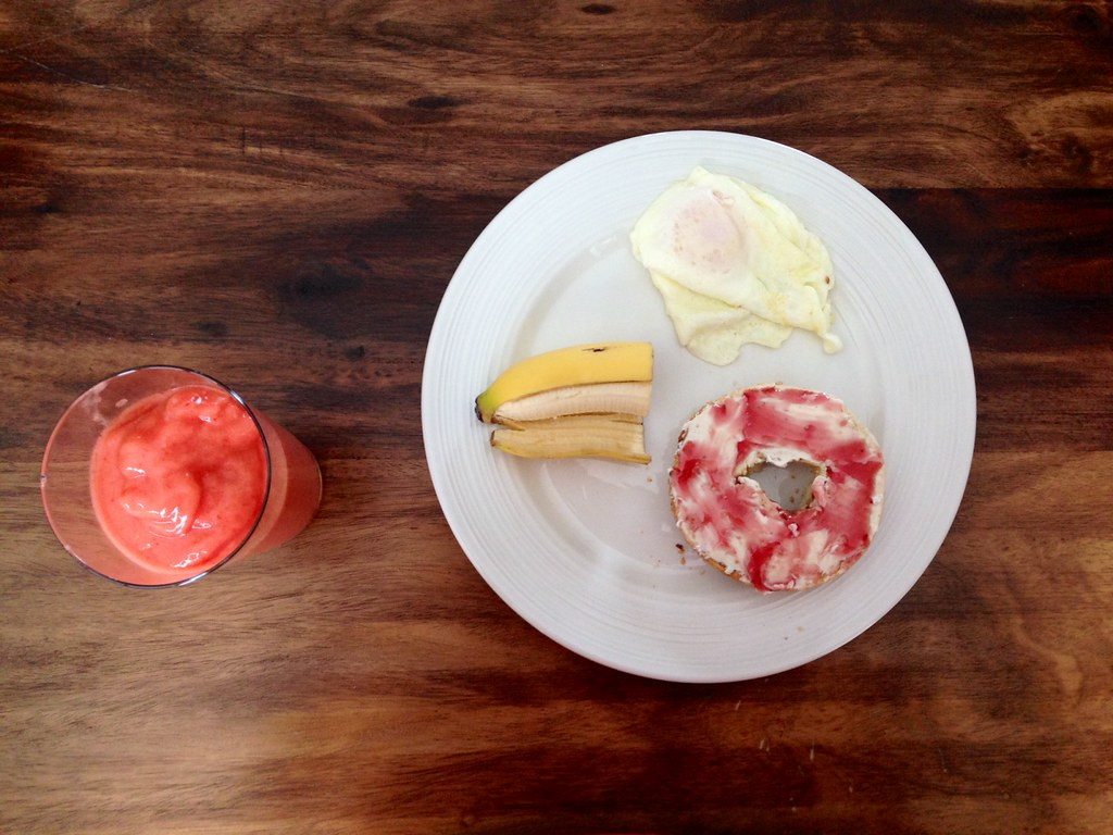 breakfast, dejeuner, idée de dejeuner, oeuf, toast, bagel, fruit, smoothie, essentiel, idée, manger