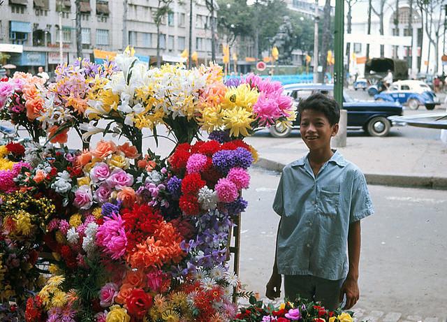 SAIGON 1966 - Bán hoa nylon. Photo by Jim Burns