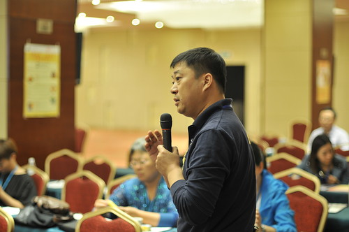 Officer Zhao from Ji'nan of Shandong Province asks questions in the symposium-small