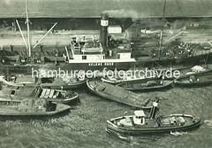 X3377746_0350_34 Frachtschiff Helene Russ am Sandtorkai im Hamburger Hafen - das Frachtschiff wird über Schuten und Kähne wasserseitig be- und entladen - eine der Schuten transportiert ein Automobil / Kraftfahrzeug, KFZ - Schlepper mit hohem Schornstein i