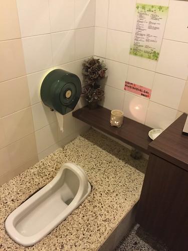 台南芳療推薦_台南艾美佳SPA芳療中心中華店_一樓廁所(有精油薰燈的設置)