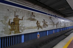 Murals opposite the platform at Dongsishitiao (东四十条站) station