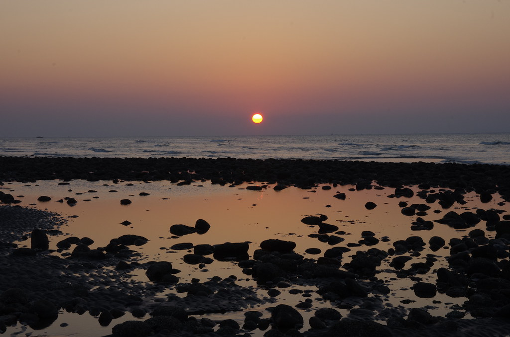 外出到海邊散步看夕陽