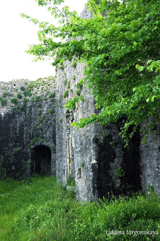 Квадратная башня и вход в бастион