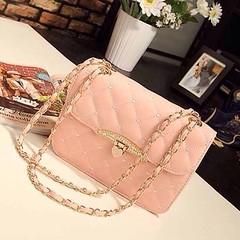 กระเป๋าสะพายข้าง แฟชั่นเกาหลีสวยใบเล็กสายโซ่ นำเข้า สีชมพู พร้อมส่งIS955 ราคา830บาท กระเป๋าสะพายข้าง อินเทรนด์ใหม่แบบสะพายสายโซ่สไตล์เก๋ แบบกระเป๋าเล็ก ดีไซน์เก๋แต่งฝาปิดด้วยสไตล์ลายหัวใจ ทรงตั้งสวยแบบอินเทรนด์มากๆ เทรนด์ใหม่ล่าสุดแบบสายโซ่หรูไฮโซสวยใหม่ก