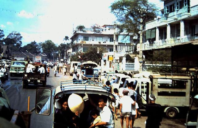 Saigon 1967-68. Đường Bạch Đằng Gia Định, phía trước rạp Cao Đồng Hưng. Photo by Tom Watkins