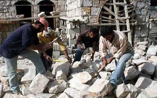 السوري ممنوع من العمل في لبنان.. إلا بمجال النظافة والزراعة والبناء؟!!!