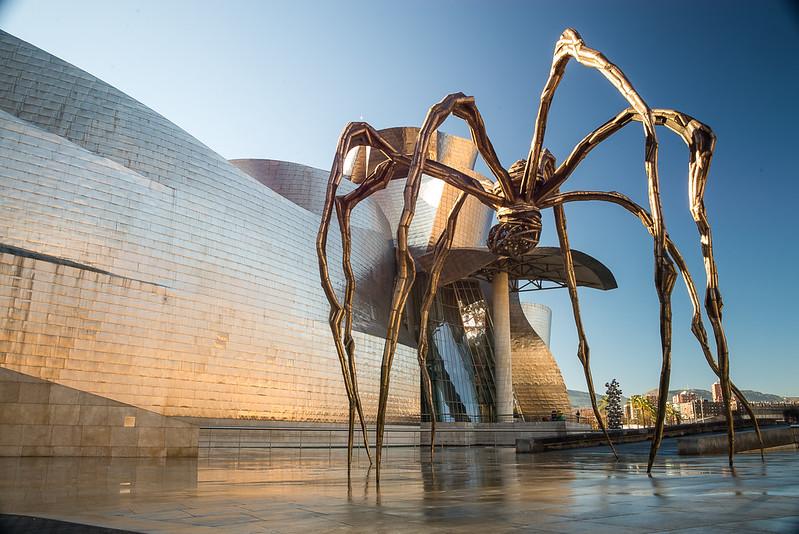 Guggenheim, la araña, larga exposición.