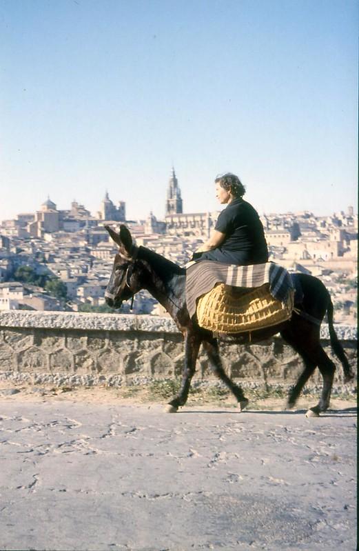 Toledo en noviembre de 1961 fotografiado por Piet Welling y Lieke Welling. Mujer en burro.