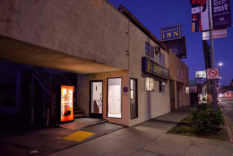 【Budget Inn Hollywood】在馬路邊,有提供車庫,附近也有巷子可以停車