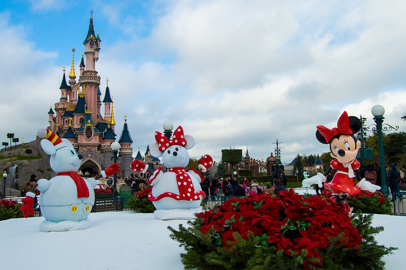 Minnie and Snowmen Decorate Disneyland Paris