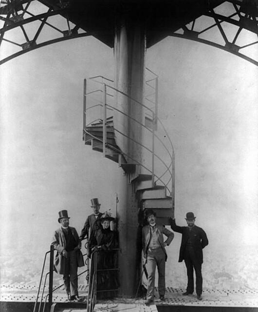 Kỹ sư người Pháp Gustave Eiffel và bốn người khác trên đỉnh Tháp Eiffel trong dịp Đấu xảo Quốc tế Paris 1889