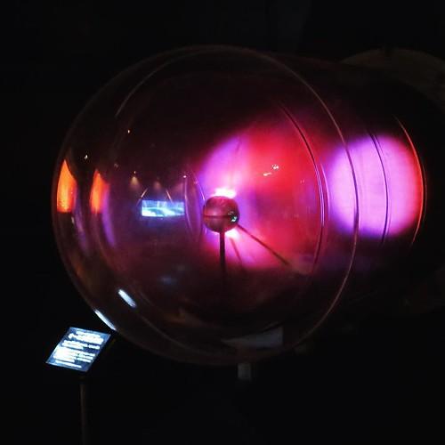 科学技術館のオーロラ発生装置