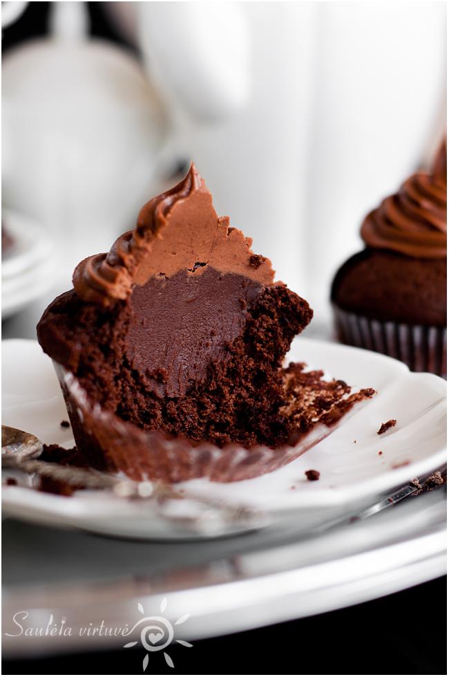 Juodojo šokolado keksiukai su šokoladiniu įdaru ir šokoladinėmis kepurėlėmis (6)