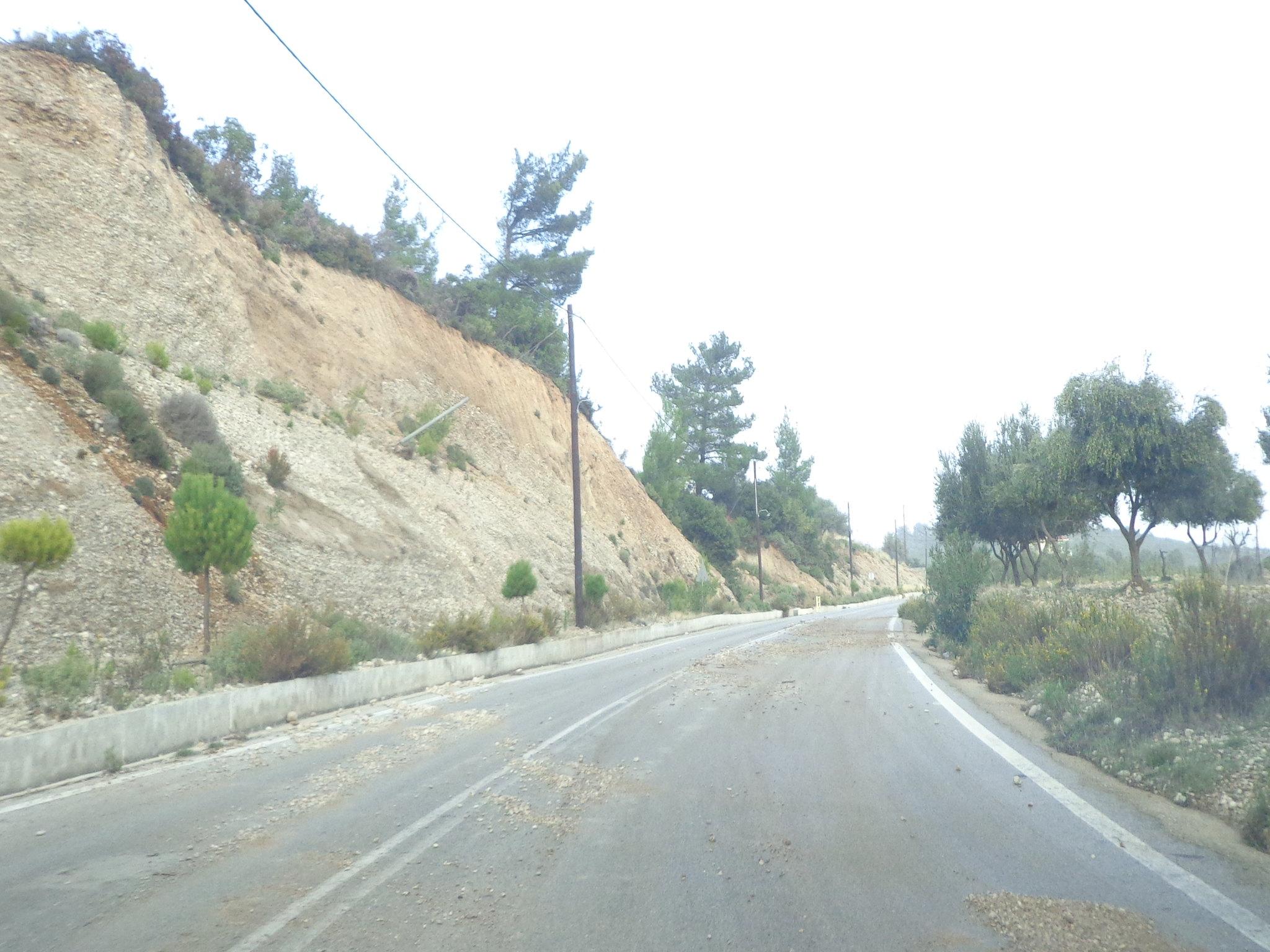 Δρόμος γεμάτος χώμα και πέτρες μετά την κακοκαιρία - Κακοκαιρία, Ισχυροί άνεμοι, Ψίνθος