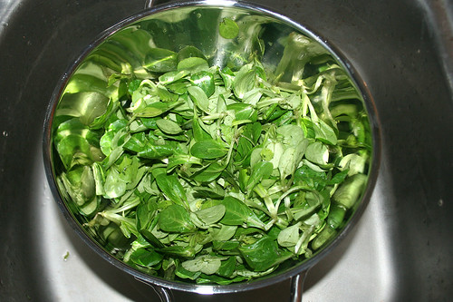 35 - Feldsalat abtropfen lassen / Drain lamb's lettuce