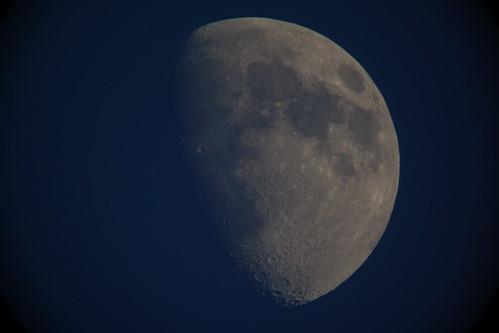 moon_6 自作天体望遠鏡にて撮影した月の写真。半月よりも少し太い。