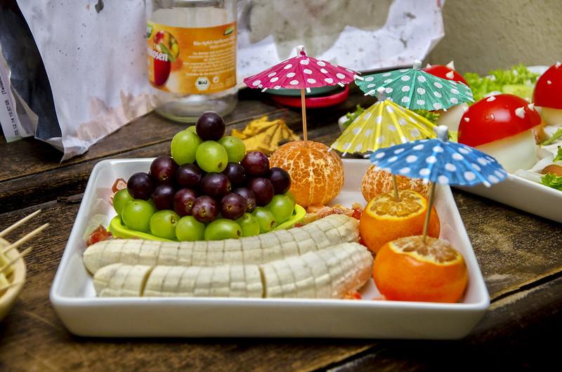 ein wenig Obst: Weintraubenpyramide, Bananenwürmer und Mandarinenschirmchen