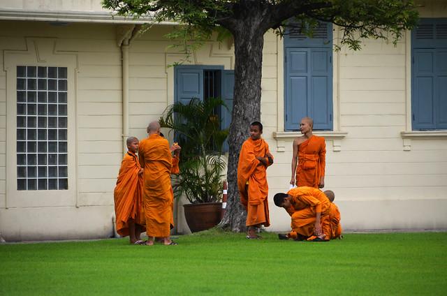 Jóvenes monjes budistas del Gran Palacio de Bangkok