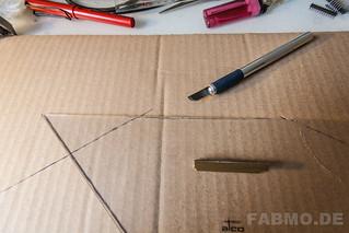 vorsichtig die Form mit einem schwarfen Messer und einem Linial als Schneidkante ausschneiden