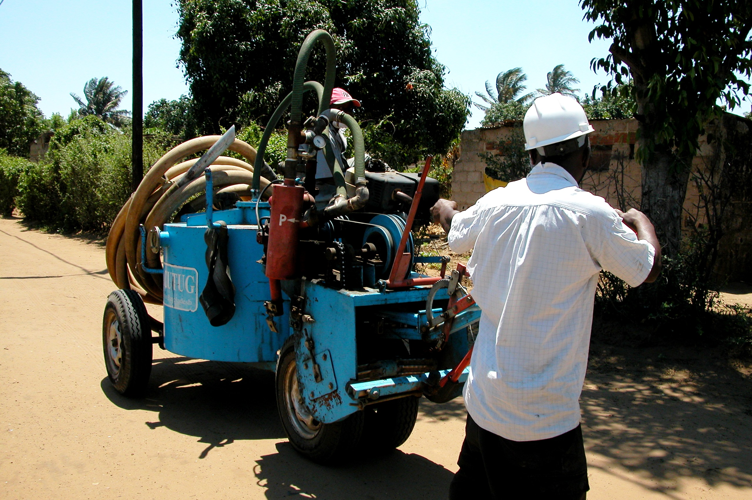 Suction pump on the outskirts of Maputo, Mozambique. Photo: Mariana Matoso/ODI