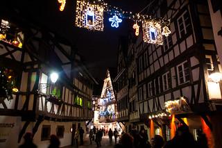 Architecture alsacienne et décorations de Noël dans le quartier de la Petite France