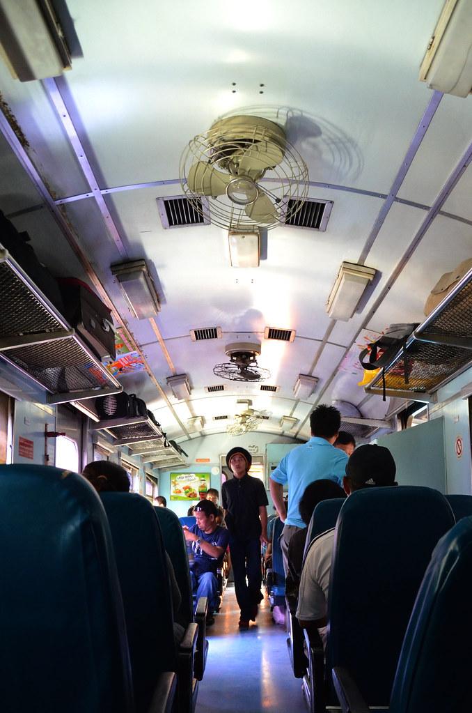 Interior del tren que va de Hua Lamphong en Bangkok hasta Ayutthaya