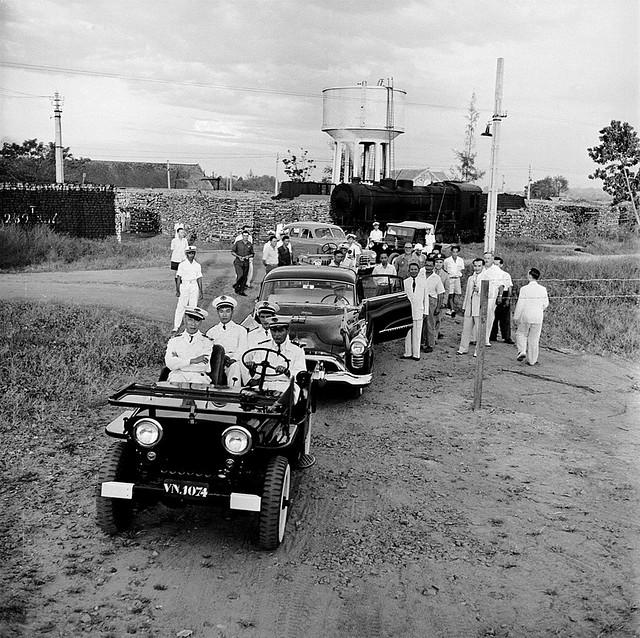 SAIGON ca 1953 - Gần Saigon. Xe của Thủ tướng Nguyễn Văn Tâm với 3 xe cảnh sát hộ tống