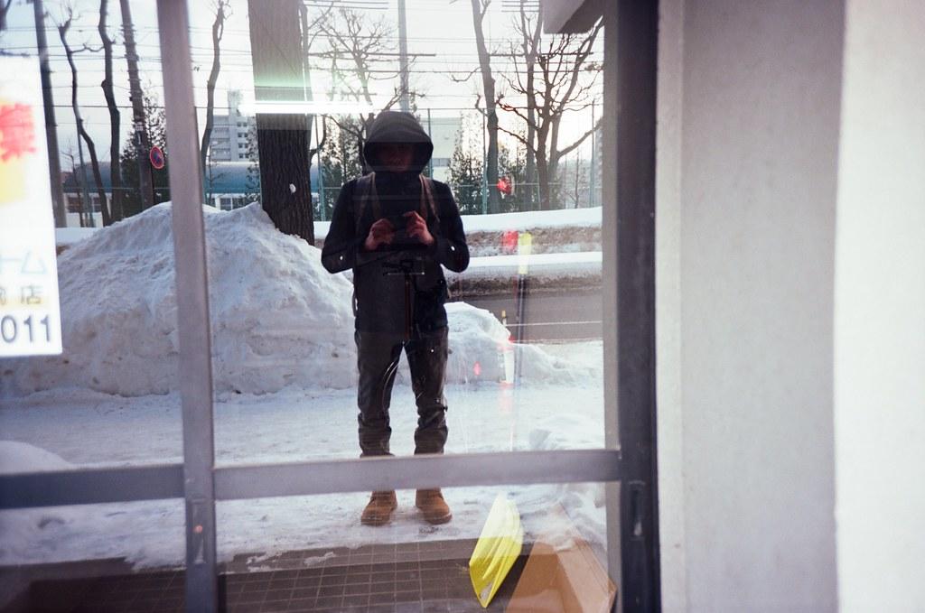 學園前 札幌 北海道 Sapporo, Japan / Kodak Pro Ektar / Lomo LC-A+ 自己一個人流浪的時候都會記得要幫自己拍照,常常就是這樣簡單紀錄當時的狀況。  Lomo LC-A+ Kodak Pro Ektar 100 8267-0009 2016-01-31 ~ 2016-02-02 Photo by Toomore