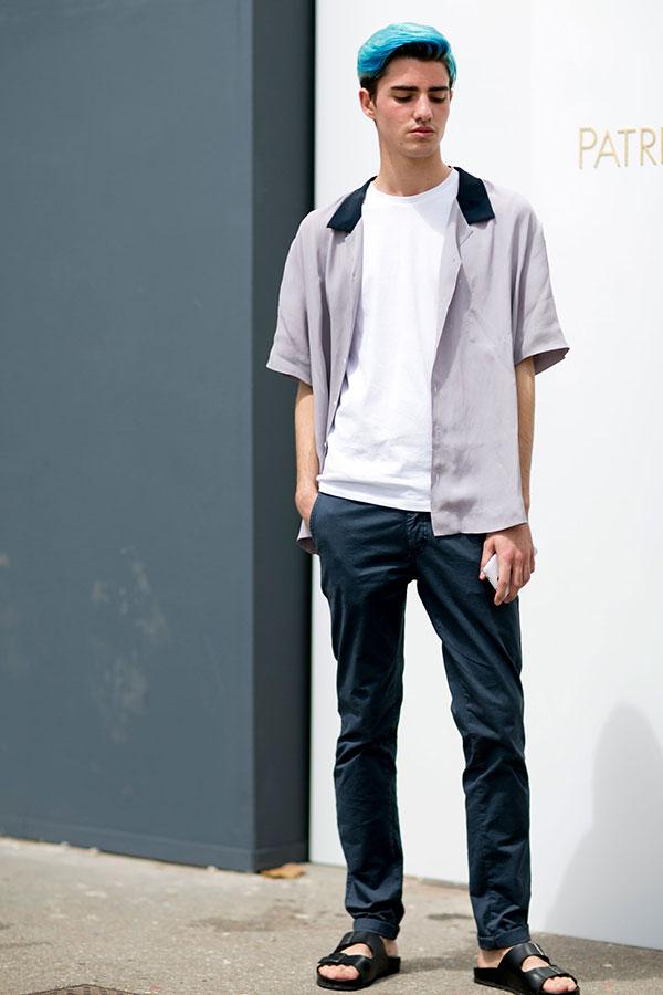 グレーボーリングシャツ×白無地Tシャツ×チャコールグレーチノパン×黒サンダル