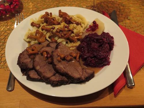 Hirschbraten mit Pfifferling-Preiselbeer-Soße zu Rotkohl, Spätzle und heißen Birnen