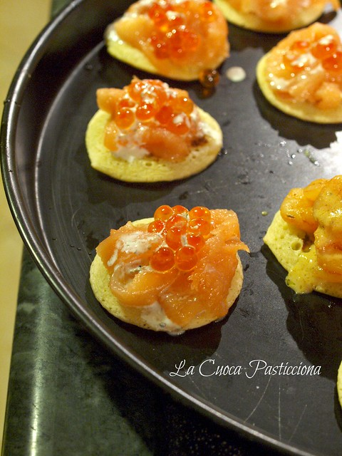 Blinis al salmone e uova di salmone con salsa alla creme fraiche all'erba cipollina