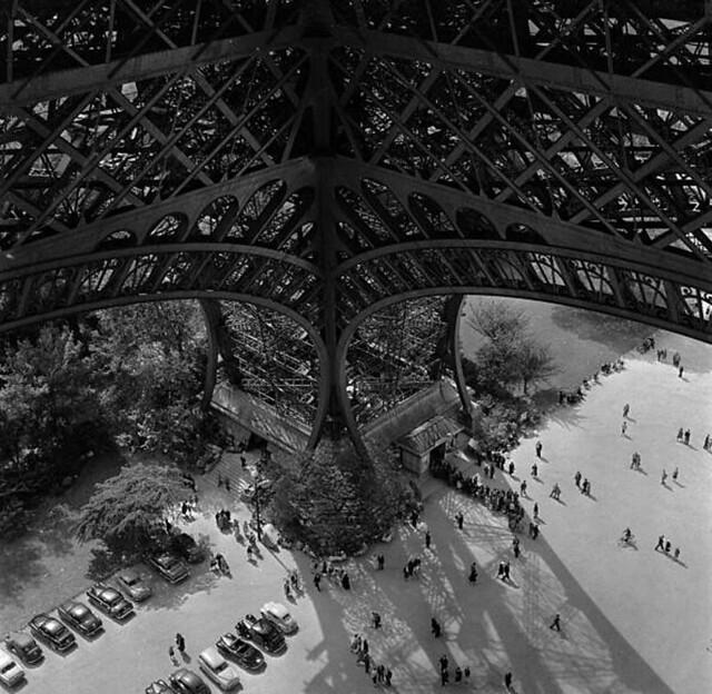 Khoảng 1950. Du khách xếp hàng lên tham quan Tháp Eiffel tại Paris, một công trình bằng thép cao 300 m xây dựng năm 1889 cho cuộc Đấu xảo QT tại Paris