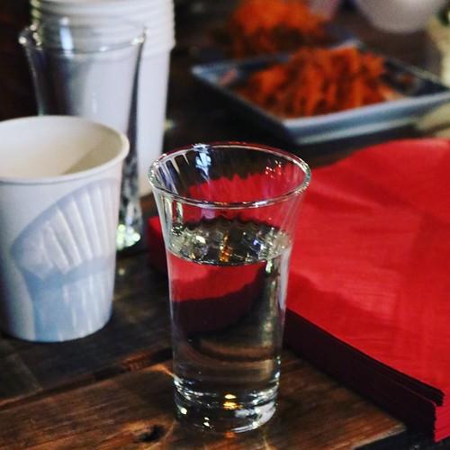 日本酒をいただきつつ。生酛は、もちろん飲んだことあります。人気大吟醸の方は初めてかも。二本松のお酒なんだ。 #じゃーなにやる #福島