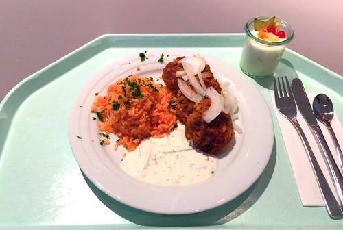 Bifteki with tomato rice, tzatziki & fresh onions / Bifteki mit Tomatenreis, Tzatziki & frischen Zwiebeln
