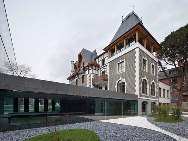 Foto de G&C arquitectos vía plataforma arquitectura_union palacio bake eder y nuevo edificio
