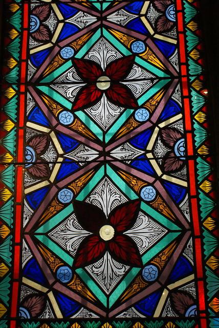Magnifique vitraux aux motifs végétaux de la synagogue.