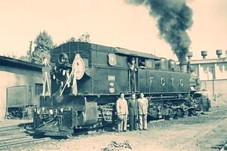 1953 visita de Perón a Chile de 1953, muestra una locomotora Kitson Meyer del FCTC una locomotora KIitson Meyer del FCTC engalanada para la acasión