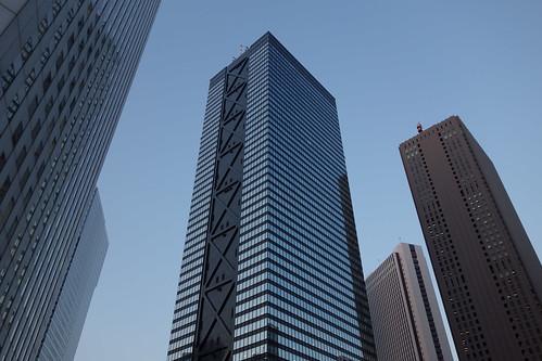 """Shinjuku_7 新宿で高層ビルディング群を撮影した写真。 中央は """"新宿三井ビルディング"""" である。 日没が近く、辺りが薄暗くなっている。"""