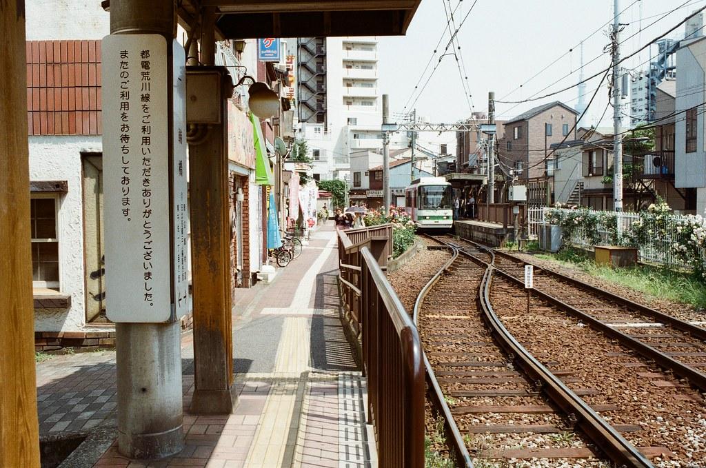 荒川電車 三之輪 Tokyo Japan / Kodak ColorPlus / Nikon FM2 努力紀錄自己走過的地方,月台上、一點點延伸的視角,然後戰戰兢兢的按下快門。  在我的腦海裡有好多候選的畫面,努力拍出我想要表現的。  Nikon FM2 Nikon AI AF Nikkor 35mm F/2D Kodak ColorPlus ISO200 6412-0038 2016/05/22 Photo by Toomore