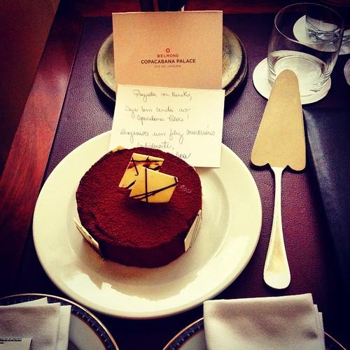 eba! ganhei bolo #moussedechocolate ! muito obrigada pelo presente #copacabanapalace !