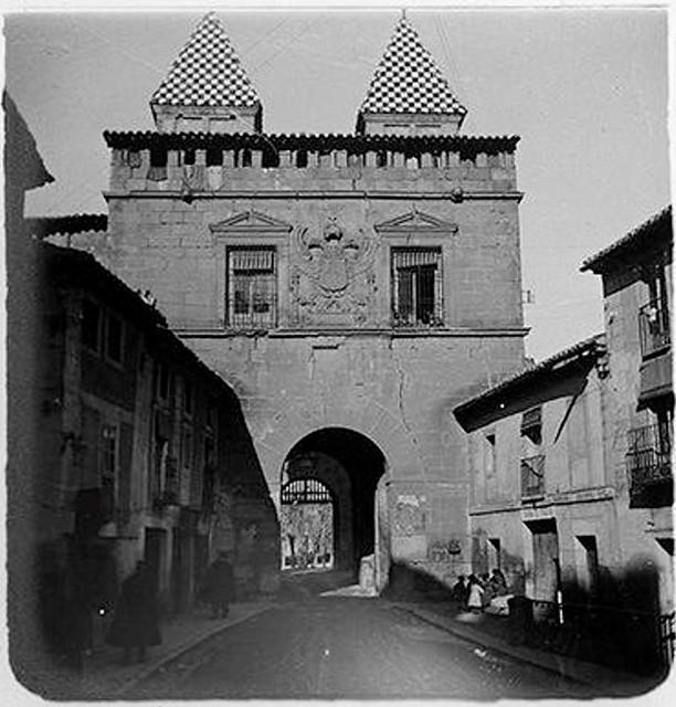Puerta de Bisagra (zona interior) en 1904. Fotografía de Augusto T. Arcimis © Fototeca del IPCE, MECD. Signatura ARC-0724_P