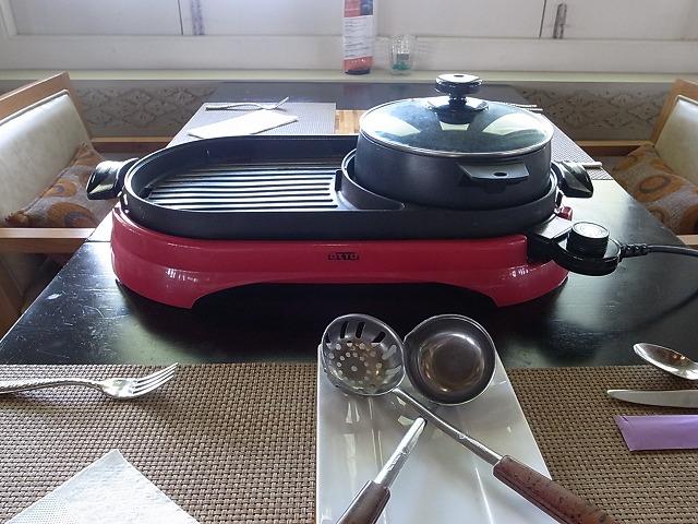 <p>このホットプレートの横にオイルが置いてあります。<br /> 熱くなったプレートにオイルを垂らして、材料を焼きます!</p>