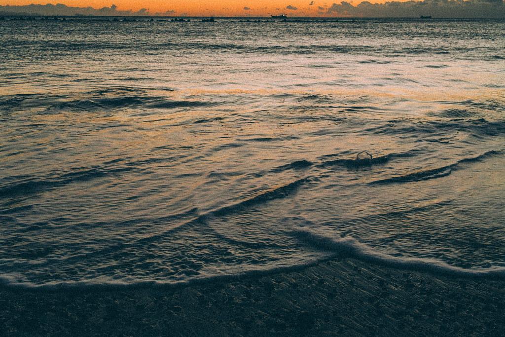 朝日が反射する波