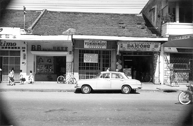va010921 - Đường Đồng Khánh. Bên trái là số 80 tiệm kem ESKIMO, bên phải là số 72 đường ĐK
