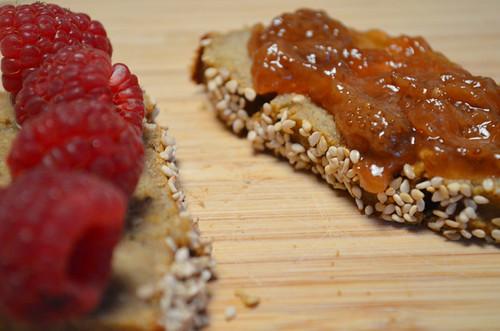 receta de banana bread paleo con mermelada de fresas paleo y frambuesas