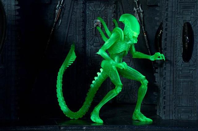 熱感應模式登場!NECA 《異形戰場》夜光異形 Alien vs Predator Glow-In-The-Dark Alien Warrior